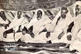 الشيخ محمد السنوسي (في الوسط)